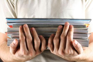 Papierstapel auf Händen